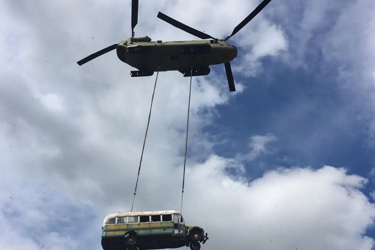 L'hélicoptère CH-47 Chinook de la Garde nationale de l'Armée de laska transporte le bus rendu célèbre par le livre et le film «Into the Wild» près de Stampede Trail