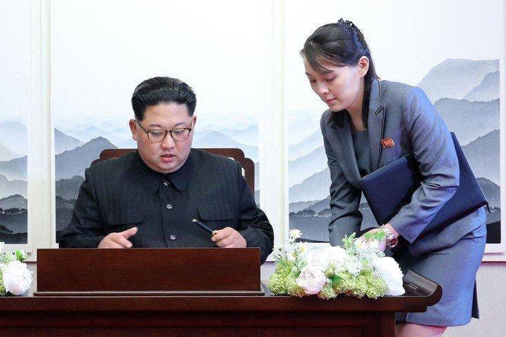 Le leader nord-coréen Kim Jong-un avec sa sœur, Kim Yo Jong.  Photo : AFP